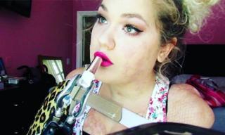 Thán phục cô gái bị cụt hai tay có tài makeup tuyệt đỉnh