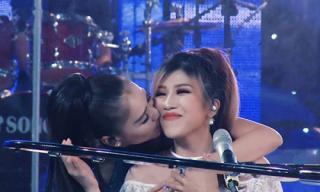 Thu Minh liên tục ôm hôn đàn em để ăn mừng bài hát mới nhanh chóng thành hit