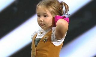 Cô bé 4 tuổi nói được 7 thứ tiếng khiến cả thế giới kinh ngạc