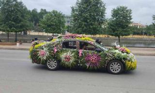 """Chiếc xe dâu 'nhiều hoa nhất quả đất"""" của chú rể Nghệ An"""