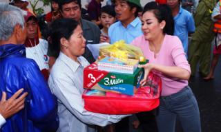 Á hậu Quỳnh Mai giản dị đi từ thiện tại miền Trung