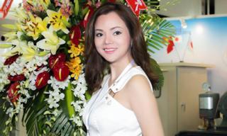 """Á hậu Ruby Anh Phạm diện """"cây trắng"""" cực chất khi trả lời phỏng vấn truyền hình"""