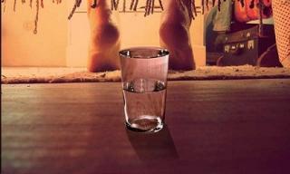 Đặt ly nước dưới giường trước khi đi ngủ, bạn sẽ phải ngạc nhiên vào sáng hôm sau