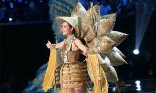 Lệ Hằng nổi bật trong nhóm thí sinh châu Á với Quốc phục lạ tại Bán kết Hoa hậu Hoàn vũ