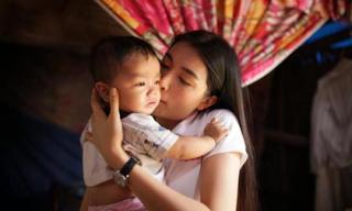 Lệ Hằng không ngại trời mưa đi trao nhà cho người dân Quảng Nam