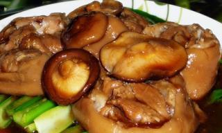 Chân giò hầm nấm bổ dưỡng cho bữa cơm gia đình