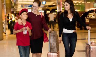 Jennifer Phạm được con trai Bảo Nam và em gái Jacqueline ra tận sân bay đón
