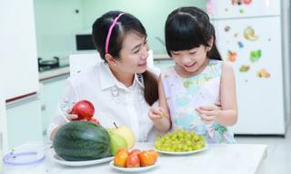 MC Thanh Thảo Hugo vui vẻ làm bạn với con gái