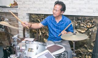 Danh ca Chế Linh đánh trống, chỉ huy hai con trai tập nhạc