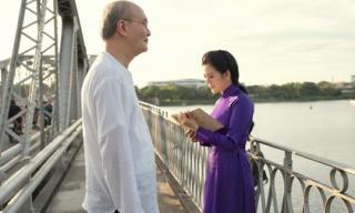 Nhạc sĩ Vũ Thành An dạo bước cầu Trường Tiền cùng 'Nữ hoàng phòng trà'