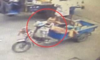 Đứng tim cảnh bé 2 tuổi vặn ga xe 3 bánh vọt đi cực nguy hiểm