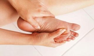 Nhìn ngay xuống chân mình xem có 3 dấu hiệu của bệnh đái tháo đường hay không