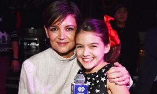 Suri nổi bần bật trên sân khấu khi cùng mẹ tham gia sự kiện Jingle Ball