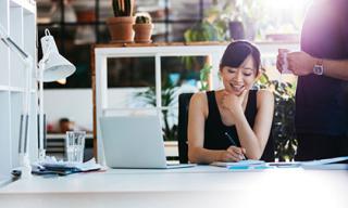 3 nguyên tắc trong cách đặt và bài trí bàn làm việc theo phong thuỷ để 'phất' lên phơi phới