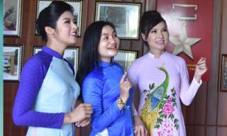 Hoa hậu Ngọc Hân và ca sĩ Kavie Trần ký tặng sách cho học sinh huyện Đức Phổ