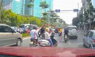 'Ninja Lead' Việt Nam dừng xe giữa đường nghe điện thoại bất ngờ nổi tiếng trên báo Trung