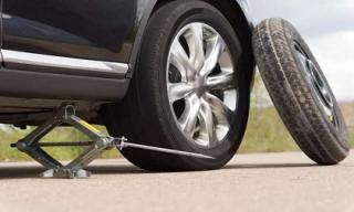 Tại sao lốp xe ô tô dự phòng luôn nhỏ hơn lốp chính?