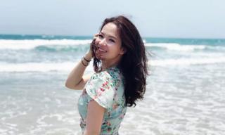 MC Đan Lê diện váy hoa, thả dáng trên bãi biển
