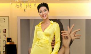 Hoa hậu H'Hen Niê diện đầm xẻ tà vàng rực khoe nhan sắc quyến rũ