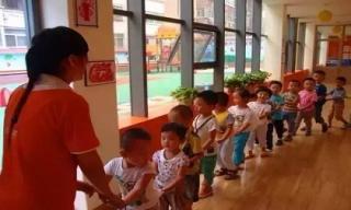 Bố mẹ không cùng con tham gia các hoạt động ở trường mẫu giáo sẽ khiến trẻ bị tổn thương nghiêm trọng