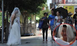Người đàn ông mặc váy cưới đứng đường xin tiền và câu chuyện khiến ai cũng xúc động