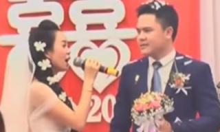 Chú rể và hai họ ngây ngất ngay từ giây phút đầu tiên khi cô dâu vừa xinh vừa hát hay trong đám cưới