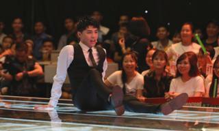 Giọng hát Việt 2018: Noo Phước Thịnh cởi áo vest, ngồi dài ra sân khấu và 'dọa' thí sinh không chọn đội mình thì không về