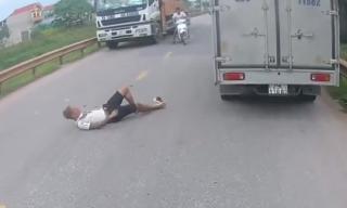 Thanh niên phóng nhanh vượt ẩu, làm rơi bạn giữa đường đông nghẹt xe