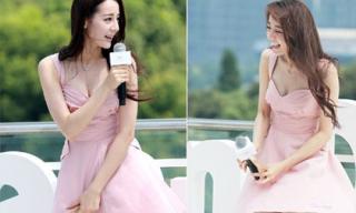 Địch Lệ Nhiệt Ba xinh như thiên thần nhưng lúng túng vì mặc váy ngắn ở sự kiện