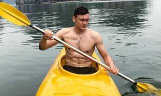 Thủ môn Đặng Văn Lâm 'đốn tim' fan với giọng hát ngọt lịm cùng body 6 múi
