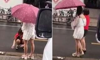 Bắt mẹ lau chân cho mình giữa phố, cô gái khiến dân mạng phẫn nộ