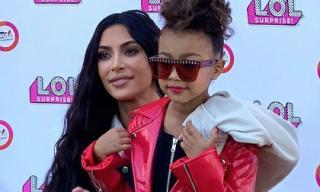 Để con gái 5 tuổi đánh son môi, mặc đồ nhựa dẻo PVC, Kim Kardashian bị chỉ trích thậm tệ