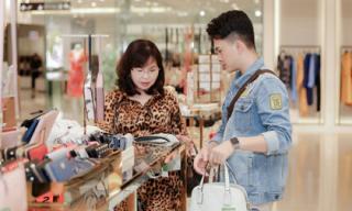 Mẹ Nam Cường cùng con trai đi mua quà cho con dâu nhân ngày 20/10