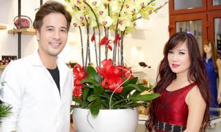 Cặp đôi Đoàn Thanh Tài và ca sĩ hải ngoại Kavie Trần tư vấn cho khách mua hàng xách tay từ Mỹ