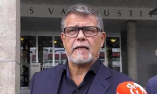 Người đàn ông 69 tuổi kiện chính quyền ra tòa vì không được hẹn hò với gái trẻ