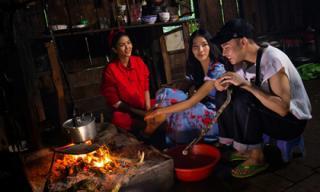 Hoa hậu H'Hen Niê khéo tay trổ tài nấu ăn chiêu đãi Hoàng Thùy tại quê nhà Đắc Lăk