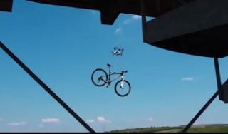 Nhóm thanh niên ngớ người vì bị 'vật thể lạ' trộm mất xe đạp
