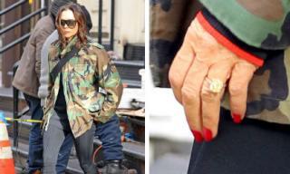 Mặc đồ sành điệu, đeo nhẫn kim cương nhưng Victoria Beckham lại lộ bàn tay nhăn nheo đáng sợ như bà già