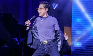 Ngọc Sơn quỳ gối cởi áo trên sân khấu bất chấp thời tiết giá lạnh của thủ đô