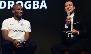 Didier Drogba quá thân thiện và vui tính khiến MC Thiên Vũ bất ngờ