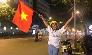 Dù Việt Nam hoà Malaysia, Hoa hậu Tiểu Vy vẫn giản dị xuống đường đi bão