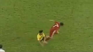 Video Đoàn Văn Hậu bị cầu thủ Malaysia đánh nguội gây bức xúc