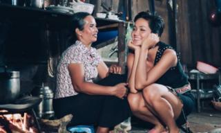 H'Hen Niê lại 'gây sốt' với khoảnh khắc ngồi cùng mẹ bên bếp lửa quê nhà