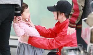 Dương Mịch bị mỉa mai khi quyết định về Hong Kong đón Tết cùng Tiểu Gạo Nếp để bù đắp tình cảm cho con gái