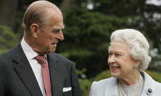 Nữ hoàng Anh bực bội khi chồng bị đồn chỉ còn sống được 1 tuần