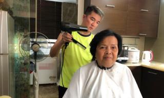 Sao Việt và dân mạng hết lời khen Đàm Vĩnh Hưng hiếu thảo khi tự tay cắt tóc cho mẹ