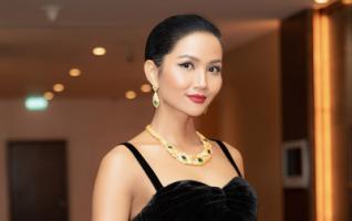 Hoa hậu Hoàn vũ Việt Nam H'Hen Niê quyến rũ trong gam đen huyền bí