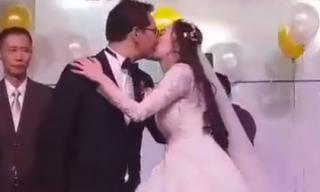 Lộ clip NSND Trung Hiếu hôn vợ đắm đuối trước sự chứng kiến của 2 bên họ hàng
