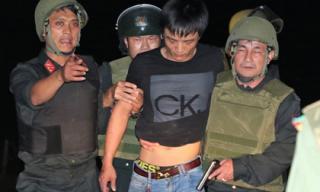 Phút chạm mặt nhóm nghi can buôn ma túy ôm lựu đạn cố thủ trong ôtô