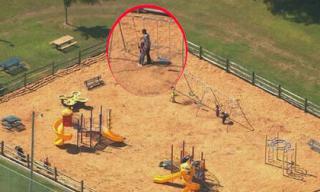 Mẹ chơi với xác con trai suốt đêm tại công viên